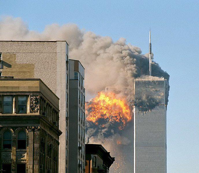 (Impact du vol 175, photo TheMachineStops (Robert J. Fisch), 11/09/2001, www.flickr.com)