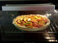 1 - Mettre le four à préchauffer th 6 (180°). Laver les nectarines blanches et jaunes, les découper chacune en 8 quartiers. Peler les kiwis et les découper de la même façon. Etaler la pâte feuilletée, la piquer à la fourchette, répartir sur le fond 2 à 2,5 pots de compote de pommes-abricots (ou autre parfum, ou de la compote faite maison), garder la moitié d'un petit pot pour plus tard. Disposer en fleur en les alternant les quartiers de nectarines blanches, jaunes et de kiwis. Parsemer un sachet de sucre vanillé sur l'ensemble de la tarte et enfourner th 6 (180°) pour 30 à 35 mn environ suivant le four en surveillant (la pâte doit être bien dorée et gonflée). Sortir du four, laisser tiédir et badigeonner les fruits avec le reste de compote pommes-abricots afin que la tarte soit bien luisante. Servir froide avec du champagne, un pétillant blanc ou rosé, ou du cidre.