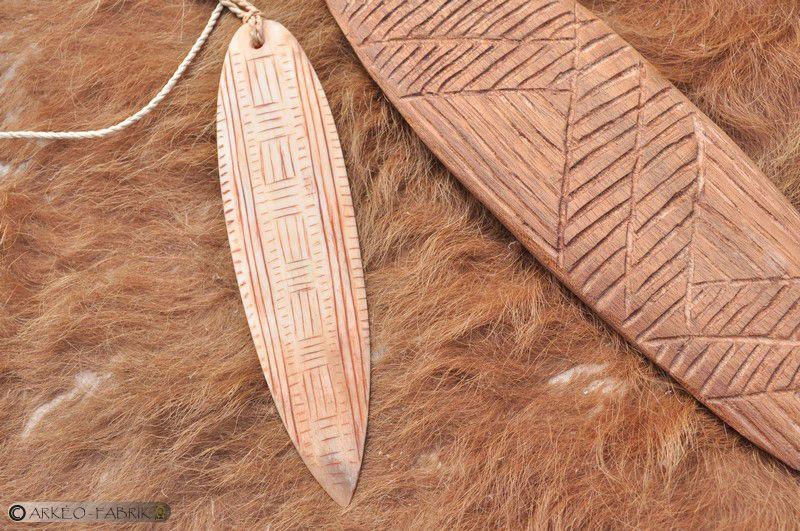 Rhombe en bois, modèle Aborigène et en rhombe en os, modèle du Paléolithique supérieur (Lalinde, Dordogne).