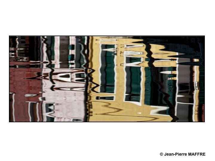 L'eau des canaux qui miroite donne l'impression de tableaux abstraits.