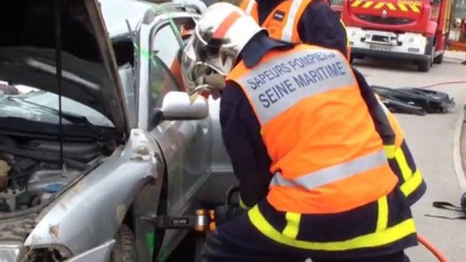 Pompiers de Seine-Maritime intervenant sur un accident.  Photo Info-Normandie