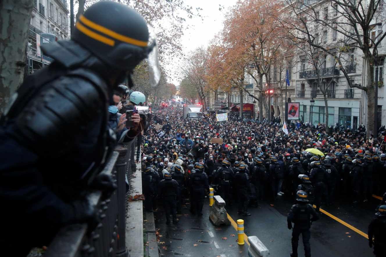 Lors de la manifestation contre la loi « sécurité globale », à Paris, le 12 décembre. CHARLES PLATIAU/REUTERS