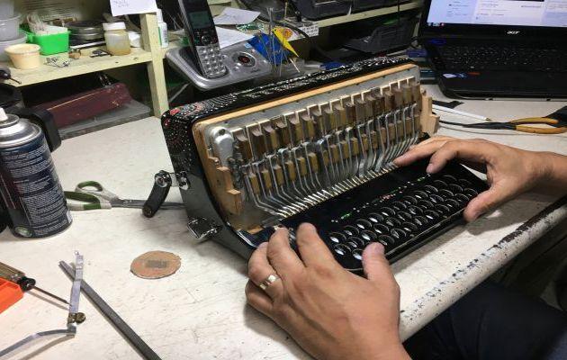 Las manos creadoras del acordeón en México
