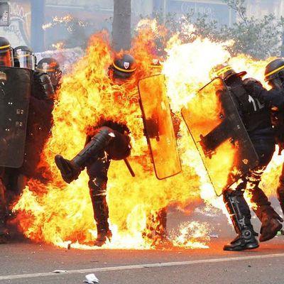 """Policier brûlé, la CGT titre """"poulet grillé"""""""