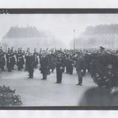 """7 décembre 1938: ignoble dépôt de gerbe à Paris, après la sanglante """"nuit de cristal"""" du 9 novembre 1938, fomentée en Allemagne par les nazis au pouvoir"""