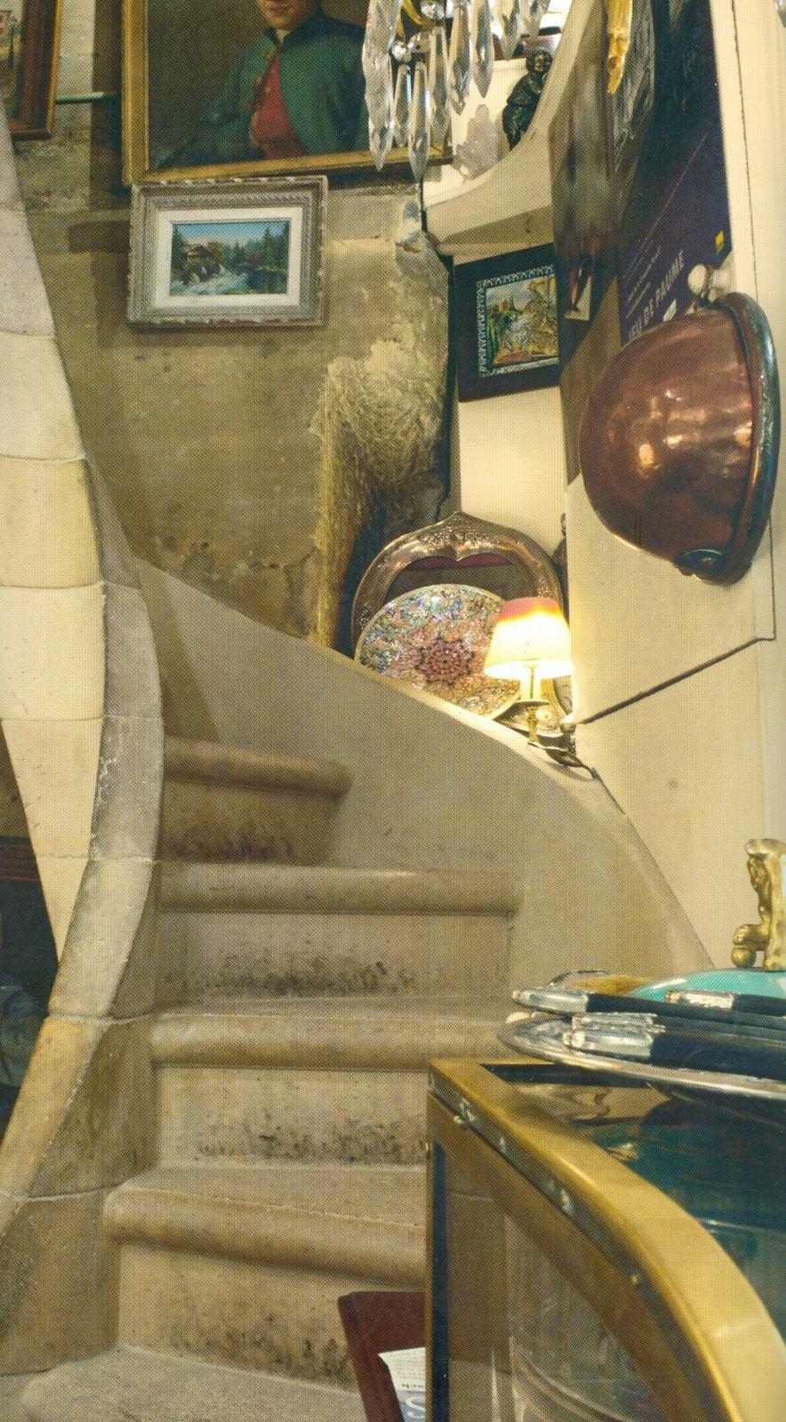 Escalier reconstruit selon un modèle de l'époque de la construction de la boutique.