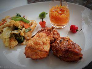 Poulet croustillant accompagné d'un chop suey de légumes et d'un rougail de tomates arbuste-piment cabris