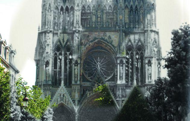 Notre-Dame depuis la rue Libergier... et l'agent de la circulation