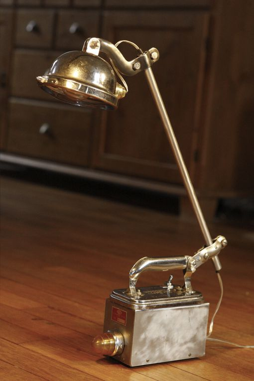Je me suis inspiré des lampes industrielles et d'atelier pour créer ces lampes qui se distinguent par un nombre important d'articulations qui permettent d'orienter la lampe dans toute les directions.