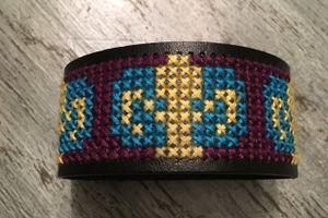 Je brode un bracelet avec fleurs de lys au point de croix !