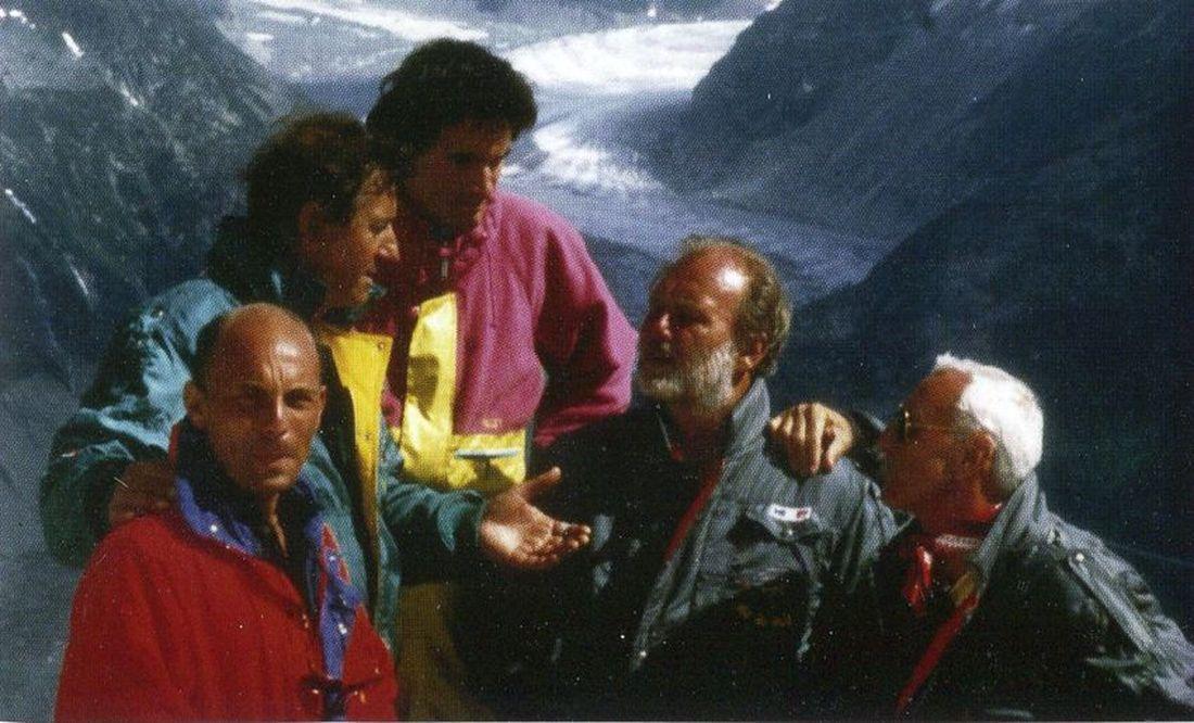 En 1991, à gauche, Francis Delafosse en compagnie d'alpinistes de renommée mondiale  René Demaison et Christophe Profit... 2ème à droite, du journaliste Christian Brincourt de TF1 et du pilote hélicoptère de la Sécurité Civile René Romet.