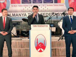 """A gauche, orateurs dans une assemblée de la Türk Federasyon en Allemagne; derrière eux, les portraits de Devlet Bahçeli (président du parti MHP), d'Atatürk, et d'Alparslan Türkes, fondateur du MHP. A droite, imagerie du compte Facebook """"Milliyetçiler"""". Comme on peut le voir, les nationalistes turcs ne voient pas de contradiction entre Atatürk et le leader d'extrême-droite A. Türkes."""