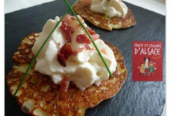 Mini crêpes de pommes de terre, chantilly au Munster et éclats de bacon.