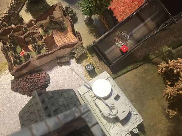 Sir d'obus explosir, il faut surtout pas faire un 1 ...aie ..les troupes anglaises et américaines montent à l'assaut du tigre ..enfin c'est un tigre et rien n'y fait, c'est une victoire pour les allemands ...ou presque ..