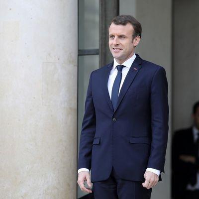 Macron a skié dans les Pyrénées , puis surfé à la télé et il projette de marcher bientôt sur l'eau ...En attendant , il nous marche un peu dessus ...