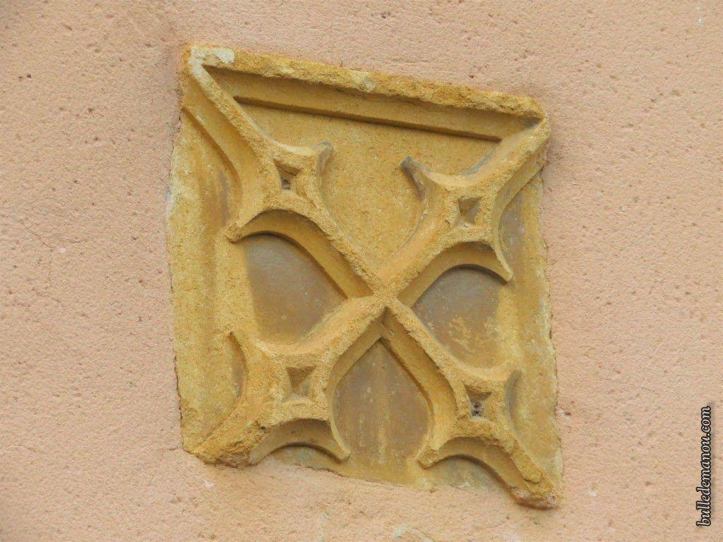 Histoire du petit Châteaumorand et un détail au-dessus de la porte