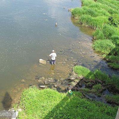 Les pieds dans la Moselle, heureux pêcheur