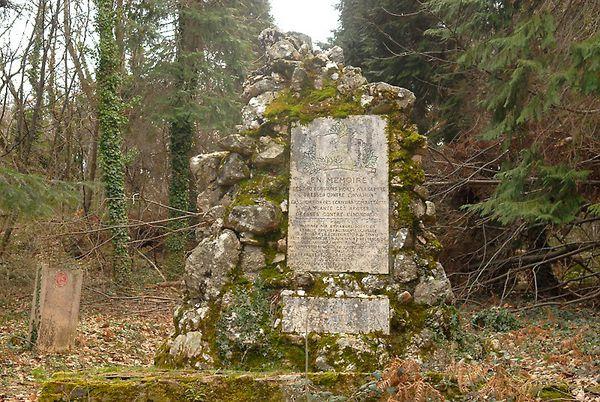 La stèle de l'entrée de la Forêt des Combattants.