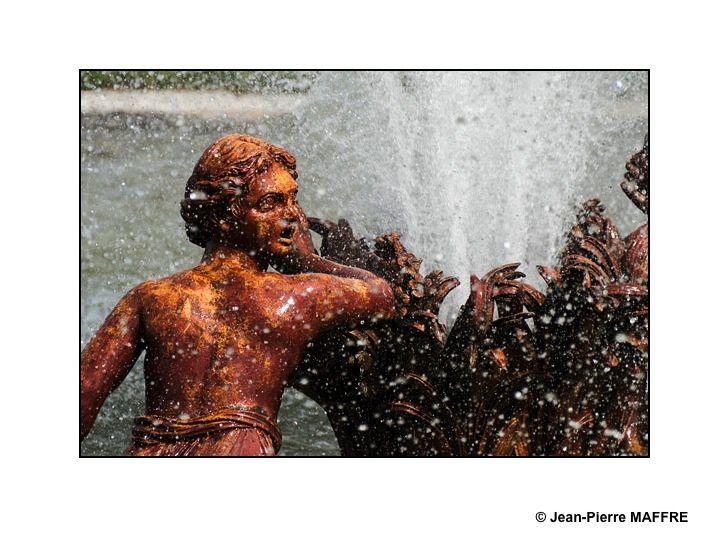 L'eau et la lumière du parc de Versailles deviennent cristal dans un décor où la mythologie rejoint le fantastique.