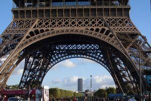 Au pied de la grande dame Eiffel