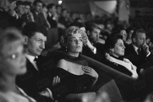Simone Signoret assiste au concert d'Yves Montand au théâtre de l'Etoile, en octobre 1958. Gérard Géry / Paris Match