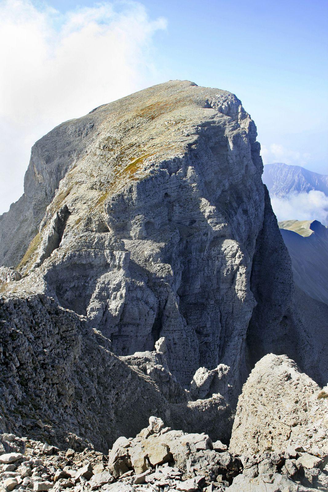 Le sommet du Grand Ferrand vu du Petit. En bas à gauche, on devine le sommet des arches Interferrantes. On aperçoit aussi dans la barre la plus haute le dernier petit tunnel qui permet d'accéder au plateau sommital.