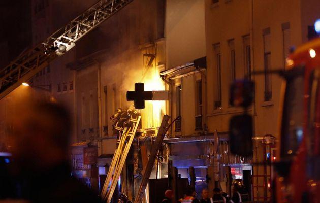 EN DIRECT - Lyon : La piste criminelle privilégiée dans l'incendie qui a tué une femme et un enfant cette nuit dans un immeuble