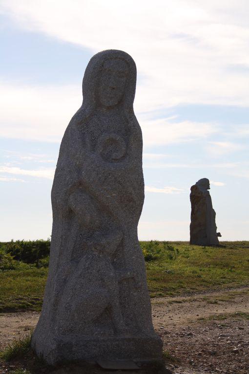 le site de La Vallée des Saints s à Carnoet 22160 au coeur du centre Bretagne 13 statues monumentales de 3 à 4 mètres de haut et d'une dizaine de tonnes