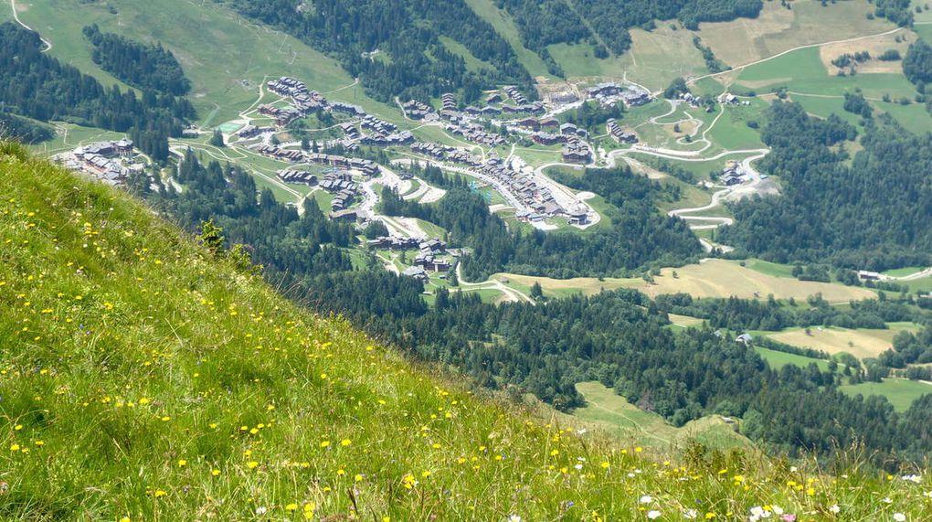Plongées dans la vallée. Le bourg de Valmorel (autour de 1300 m) et le Refuge des Bachals à 1620 m, sur notre chemin du retour.