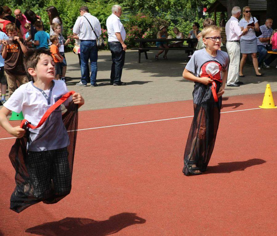 Heiß her ging es bei der Eltern-Kind-Olympiade mit Aktivitäten wie Dosenwerfen, Sackhüpfen, Fußfessellaufen im Tandem, Wäscheaufhängen oder Schwamm-Staffellauf.,