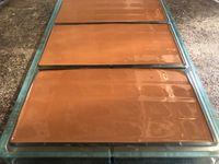 Fonte du chocolat au bain-marie puis ajout de mycryo puis moulage, éventuellement décoration avec du pralin et démoulage