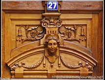 Belles sculptures sur une porte à Clermont Ferrand ...