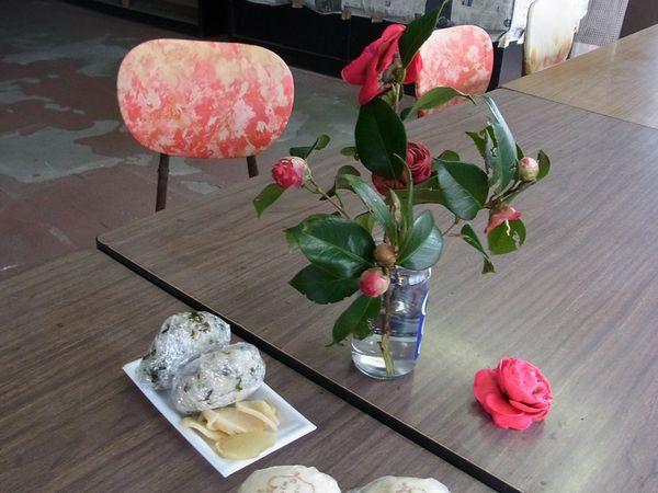 Echoppe, Ashitaba 明日葉 et salle décrépie ou trône un bouquet de camélias, pas très en forme lui non plus!