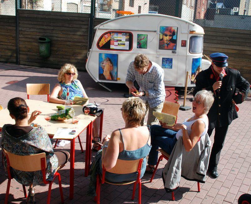 Projet Arts Nomades en collaboration avec l'agence Sambraisie (Eden / Centre culturel régional de Charleroi). Des nouveaux voisins s'installent dans le quartier de l'Eden.