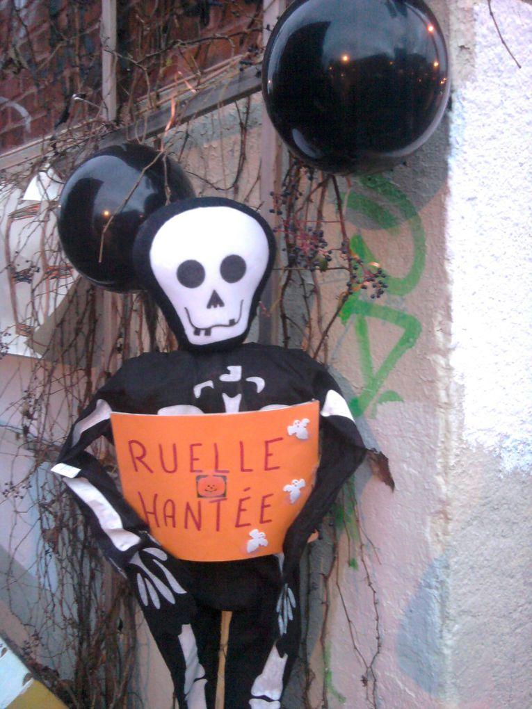 Particuliers, commerçants ou artistes de rue jouent le jeu pour l'Halloween.