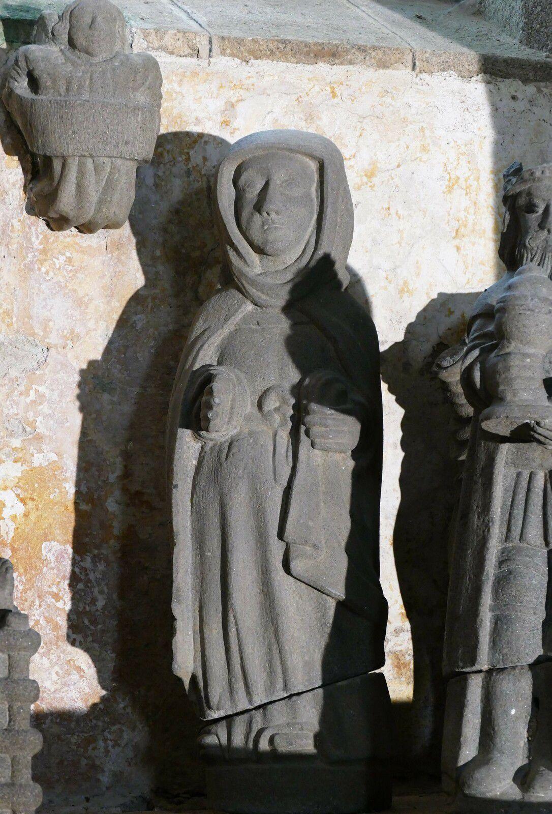 Sage-Femme  ( kersanton, Maître de Lambader, vers 1550), de la chapelle de Lambader. Photographie lavieb-aile.