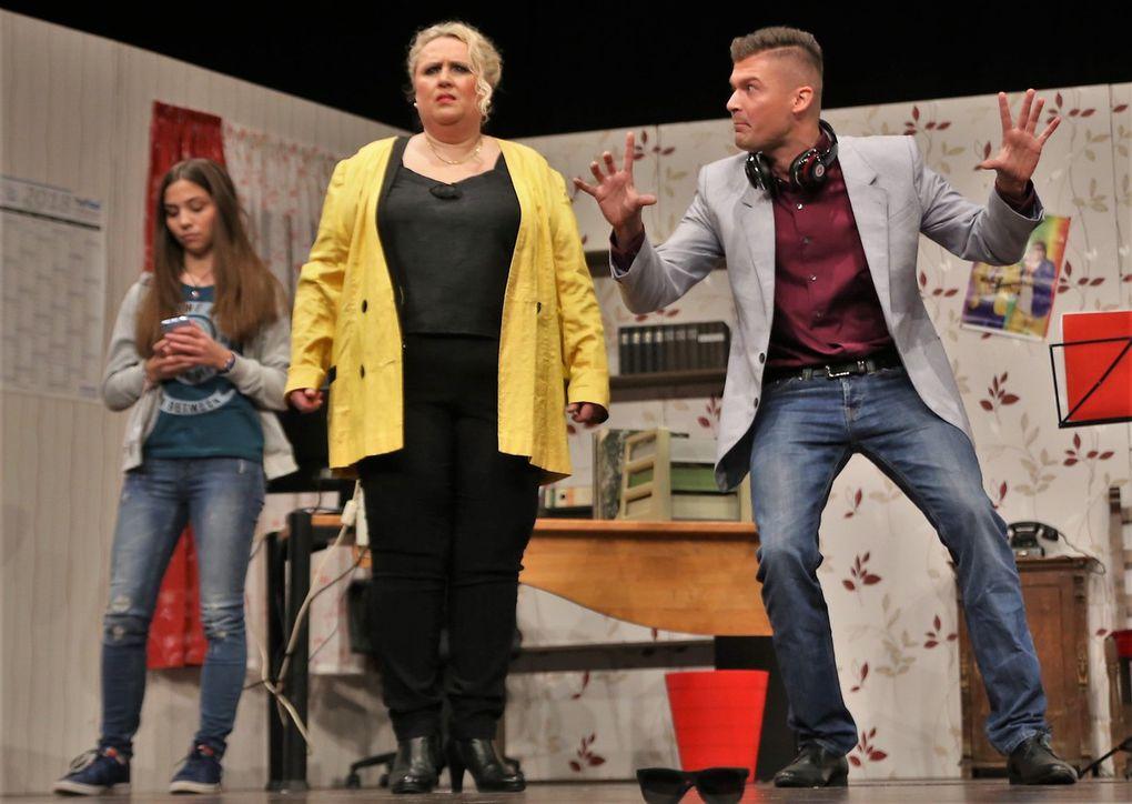 """Lena Hirschfeld (Selina Weisenseel) lässt sich vom windigen Viktor Winsel (Manuel Seemann in einer Doppelrolle) zu einem Casting bei der Castingshow """"Next Top-Model"""" überreden. Weisenseel, die heuer das zweite Mal auf der Bühne stand, stellte Knötgen voller Stolz als seine Enkelin vor."""