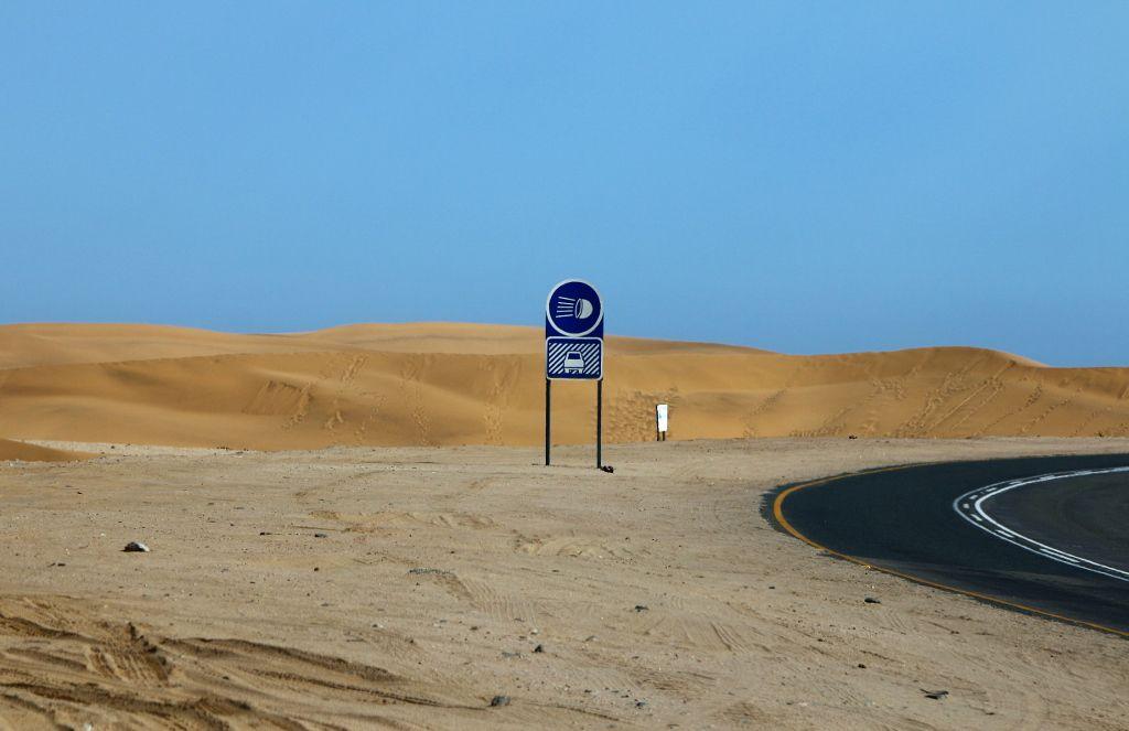 EN NAMIBIE , PASSAGES TRES VENTEUX EN PLEIN DESERT