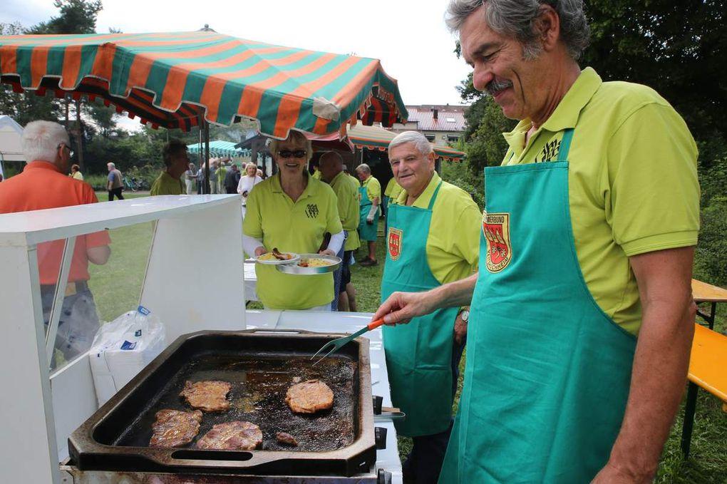 Und auch an den Bratwurst- und Steak-Grills waren mit Reinhold Menig und Bernd Keller zwei Könner  am Werk.