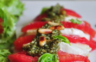 Tomate mozzarella au pesto de basilic maison & réduction de vinaigre balsamique