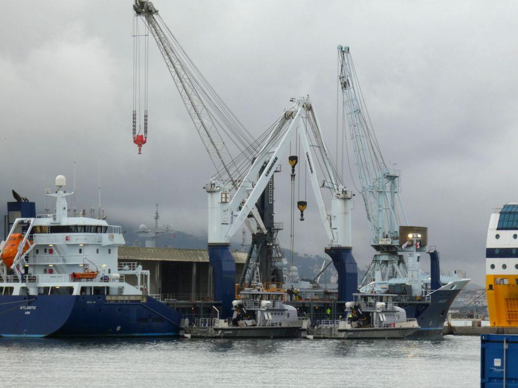 ARAIGNEE , Y 627 ,Chaland Multi-Missions, (CMM), en attente d'embarquement sur cargo à la Seyne sur mer pour rejoindre son port base , le 21 octobre 2019