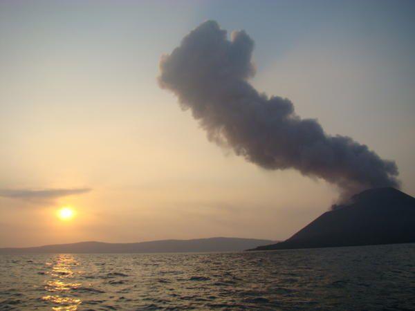 Après deux heures trente de navigation, nous arrivons au Krakatau. Ce volcan connaît actuellement  un regain d'activité. Il projette des cendres et des bombes qui retombent sur son flanc. Nous n'effectuerons pas l'ascension complète car le sommet