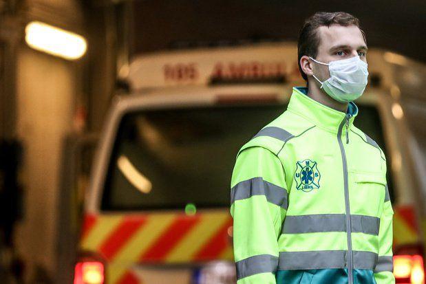 A cause de cette lenteur dans la campagne de vaccination, les hôpitaux sont à nouveau saturés. Ici, un infirmier à la clinique St-Pierre à Bruxelles.