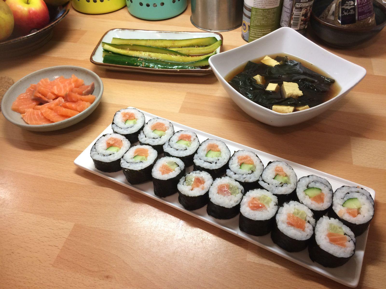 Ce soir j'ai fait un des repas préférés de ma fille adolescente, un repas japonais : sushis et soupe miso - des makis en réalité, les sushis étant les pièces sans algues nori, avec juste du riz et du poisson cru dessus.