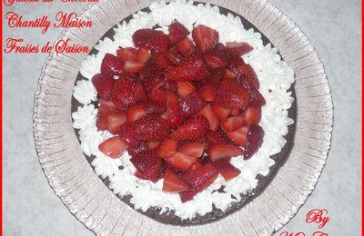 Gâteau au chocolat, chantilly maison et fraises de saison