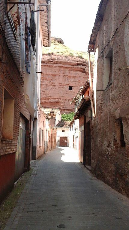 Les grottes au bout de la rue, un ancien monastère, une église,