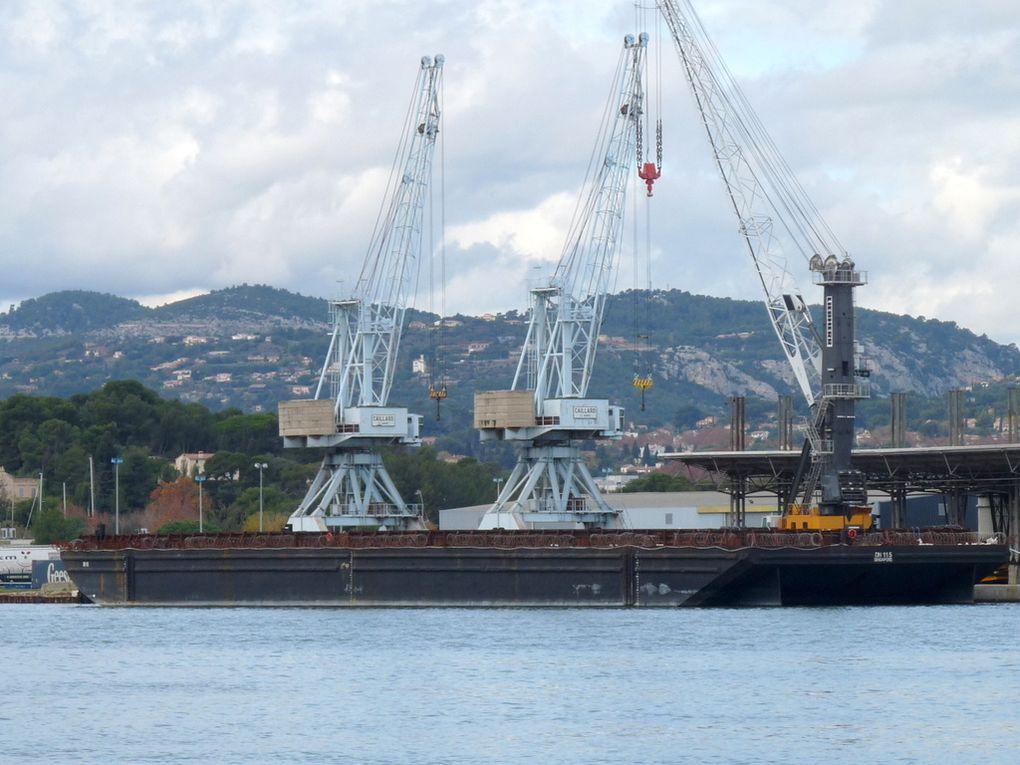 Barge  DN 115 , a quai à Toulon/Brégaillon le 21 novembre 2016