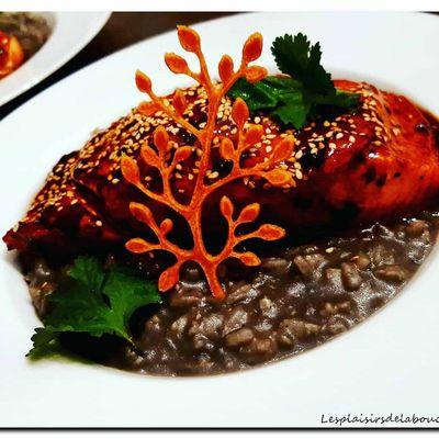 Saumon aux saveurs asiatique et risotto à l'encre de seiche.