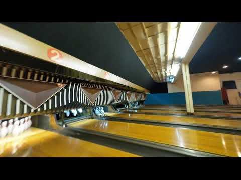 Un drone dans un bowling course les quilles!