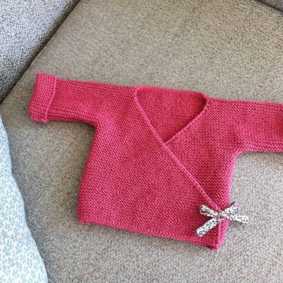 Tuto tricot layette pour bébé : un cache coeur en suivant les explications rang par rangs en Français !
